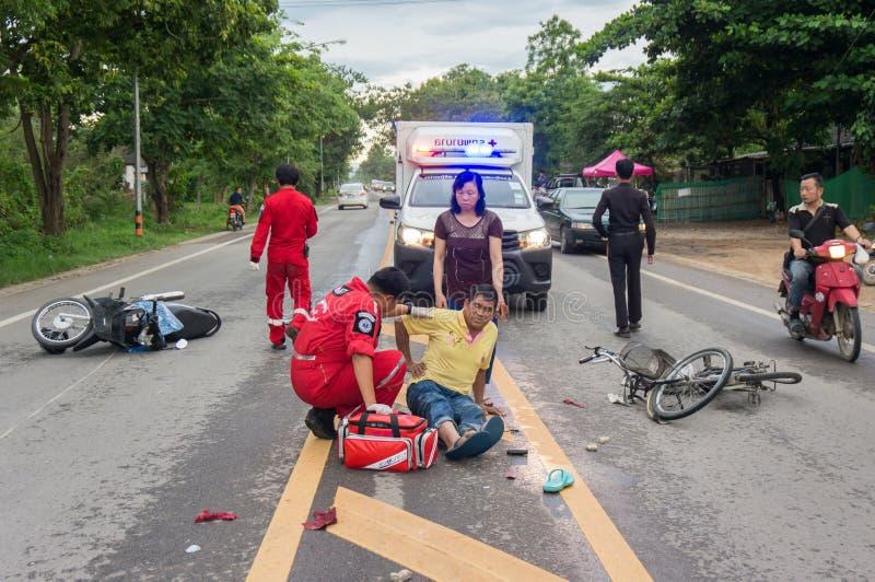 LAMPHUN THAILAND - JULI 04,2017: Motorcykelolycka på roen arkivfoto