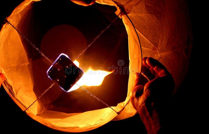 Lampion подготавливая осветить небо стоковое фото rf