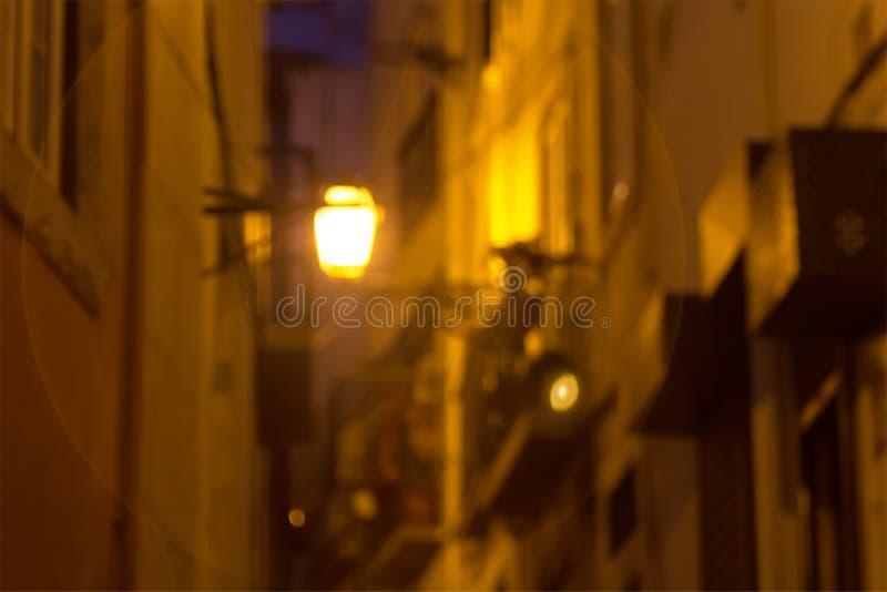 Lampion błyszczy przy nocą na małej ulicie Portugal lizbońskiego obraz royalty free