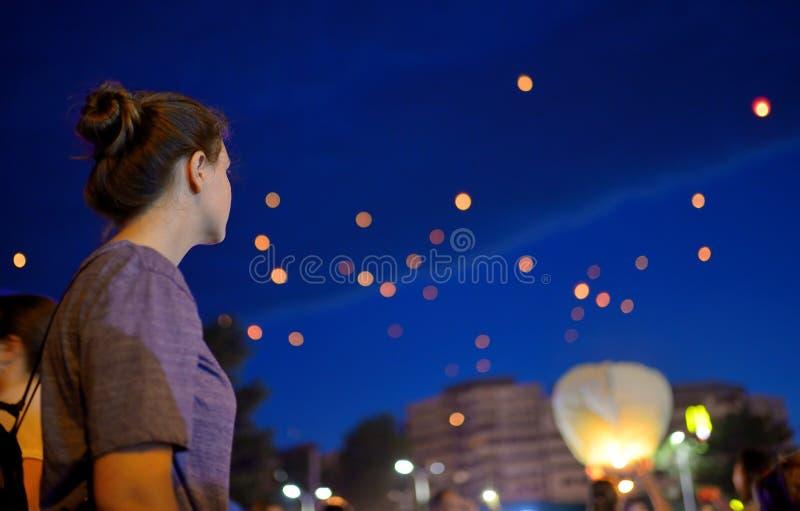 Lampion de observation de fille de l'adolescence image libre de droits