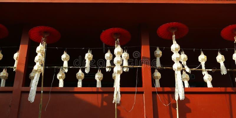Lampion i parasol w buddyjskiej świątyni obrazy royalty free