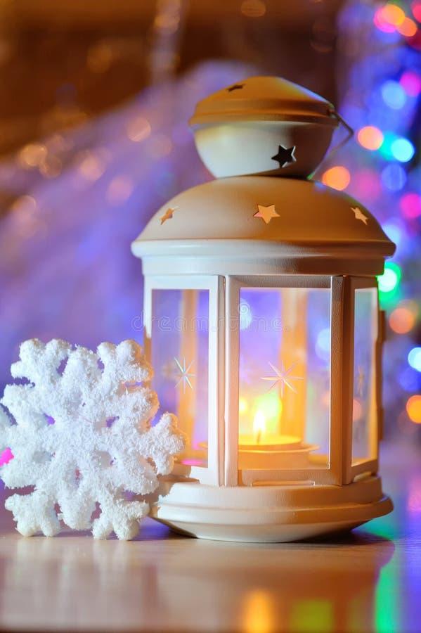 Lampion na śnieżnym tle boże narodzenie izolacji dekoracji white boże narodzenie w tle obramiająca wakacyjna scena fotografia stock