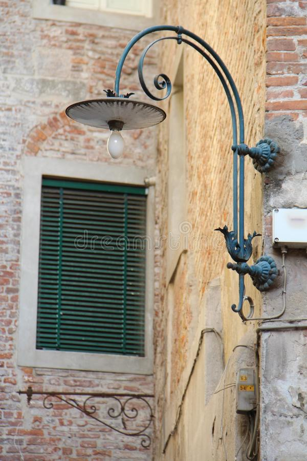 Lampion na tle domowi okno w mieście Lucca i ściana, Włochy obraz stock