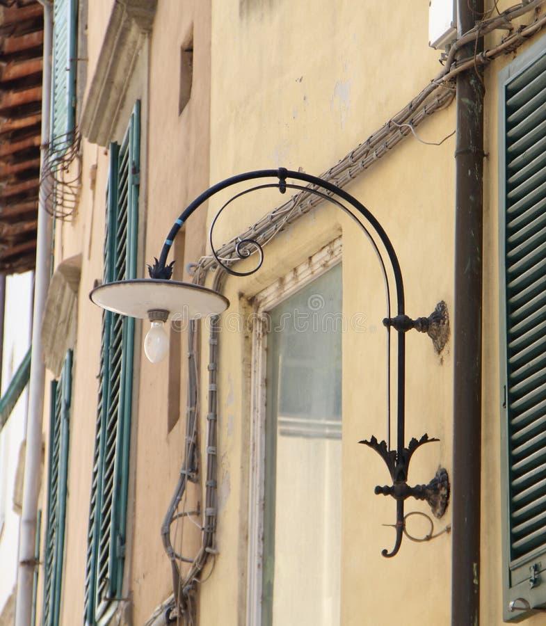 Lampion na tle domowi okno w mieście i ściana obraz stock