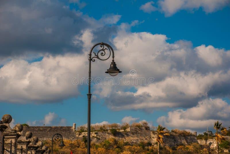Lampion przeciw niebu z chmurami w odległości forteca havarti Kuba obrazy stock