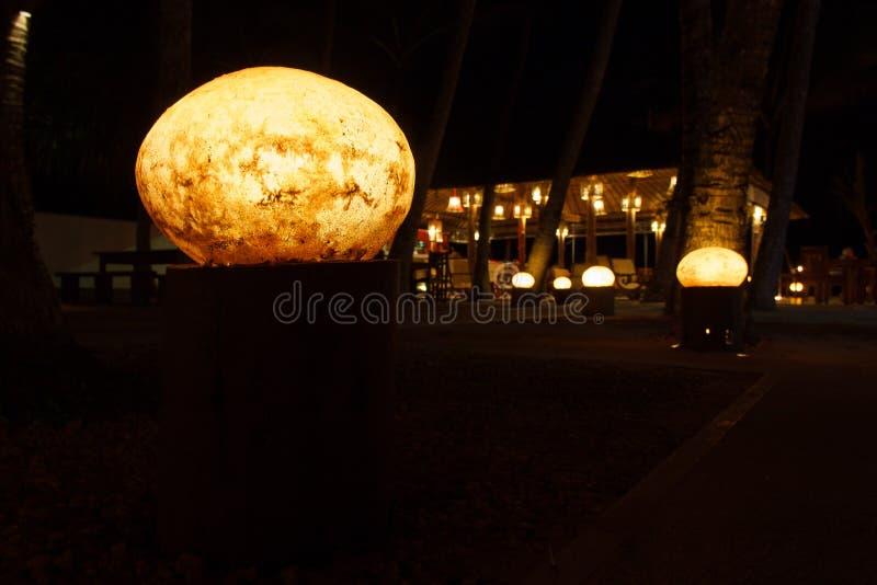 Lampion przy spokojną nocy plaży kawiarnią obraz stock