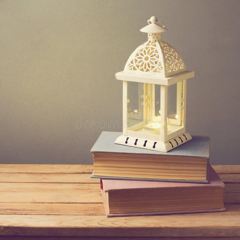 Lampion z świeczką i rocznikiem rezerwuje na drewnianym stole świętuje świętowania bożych narodzeń córki kapeluszy macierzysty Sa obraz royalty free