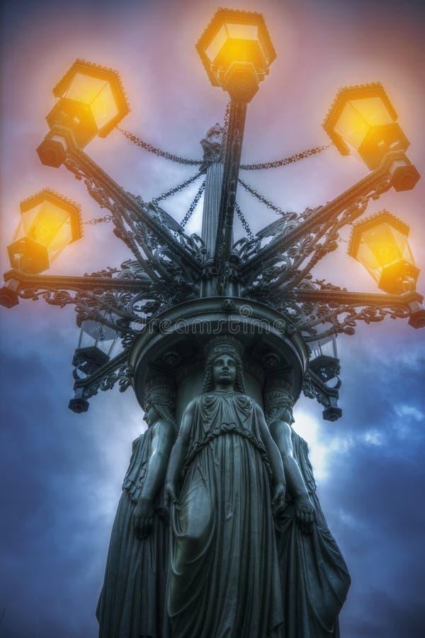 lampion z kariatydami błyszczy przy nocą zdjęcie royalty free