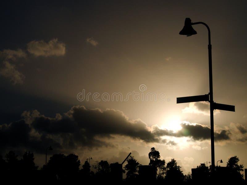 Lampione profilato dal Sun, nel cielo scuro fotografia stock