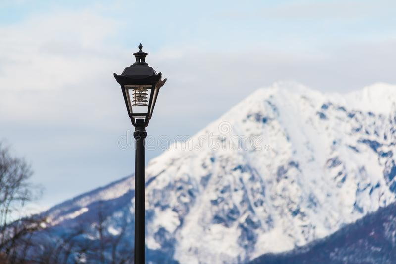 Lampione su fondo della montagna fotografie stock libere da diritti