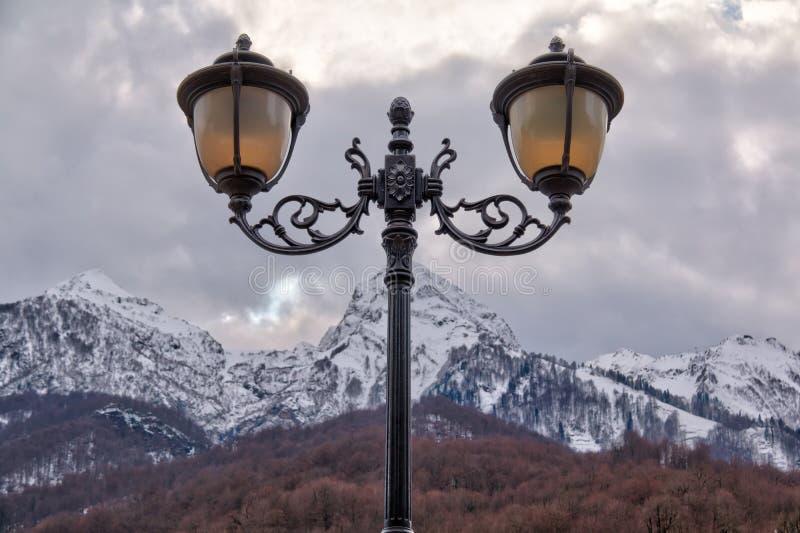 Lampione su fondo della montagna immagine stock