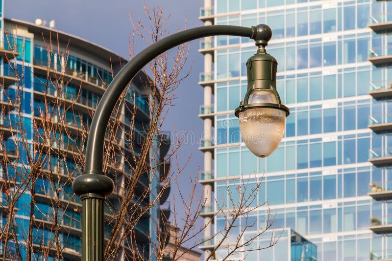 Lampione sui precedenti dei grattacieli immagini stock
