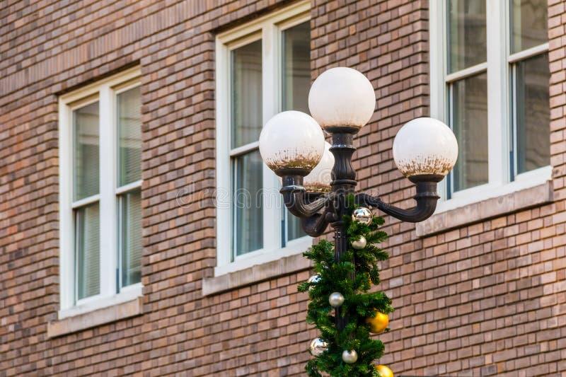 Lampione sui precedenti della facciata del mattone immagini stock libere da diritti