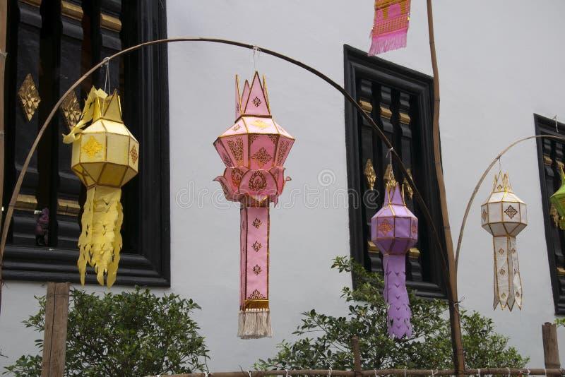 Lampions de fête pendant de la voûte en bambou au dee de duang de wat photo libre de droits
