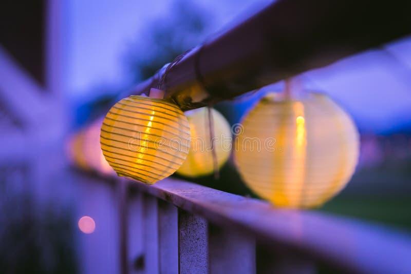 Lampions in der Nacht: Gartenfest im Sommer lizenzfreie stockfotografie