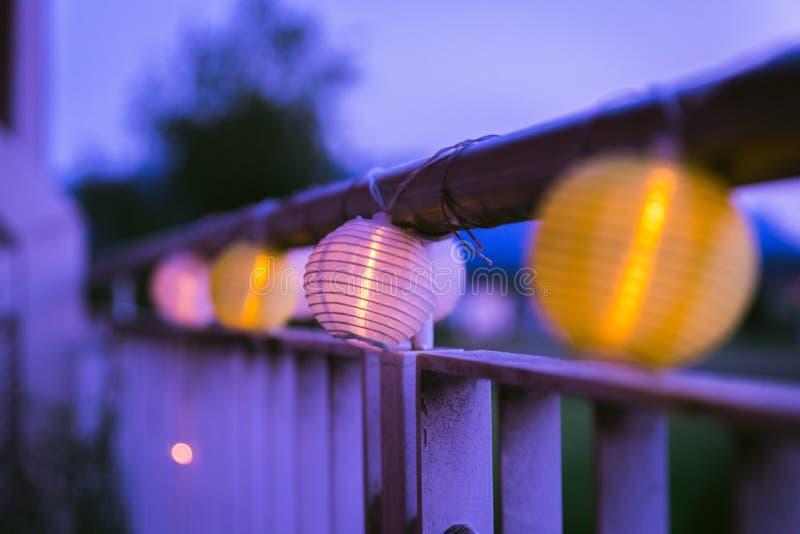 Lampions in der Nacht: Gartenfest im Sommer stockbild
