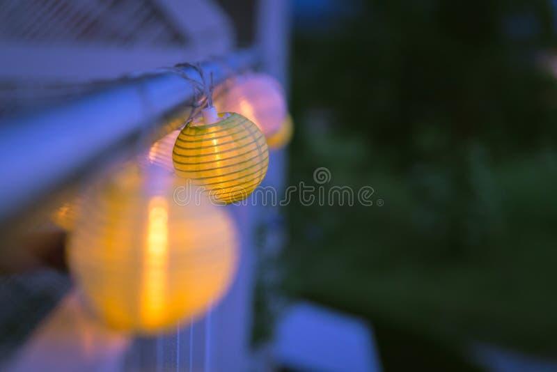 Lampions in der Nacht: Gartenfest im Sommer stockfotografie