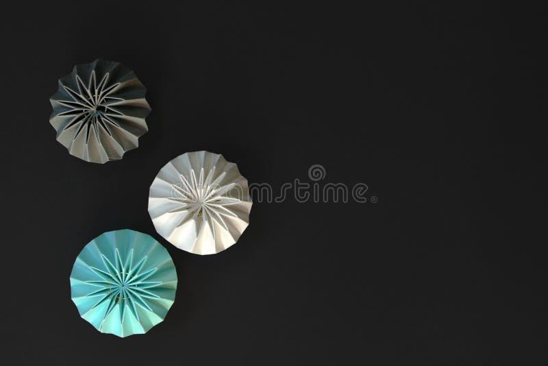 Lampions plisados ligeros abstractos del trullo, grises y blancos en fondo negro con el espacio de la copia imágenes de archivo libres de regalías