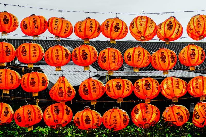 Lampions rouges du festival au sujet du peuple chinois accrochant sur le mur de rails photo stock