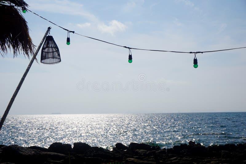 Lampionu & sznurka światła nad późnego popołudnia morzem zdjęcia stock