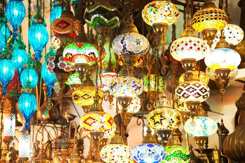 Lampiony na Istanbul uroczystym bazarze, kolorowy tło obrazy stock