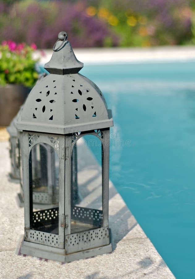Lampiony przy basenem zdjęcie royalty free