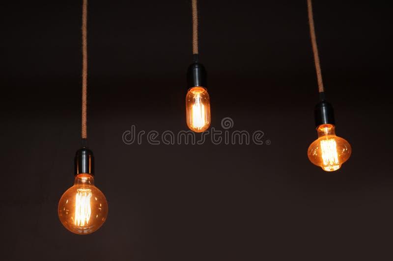 Lampkulor i mörker inre fotografering för bildbyråer