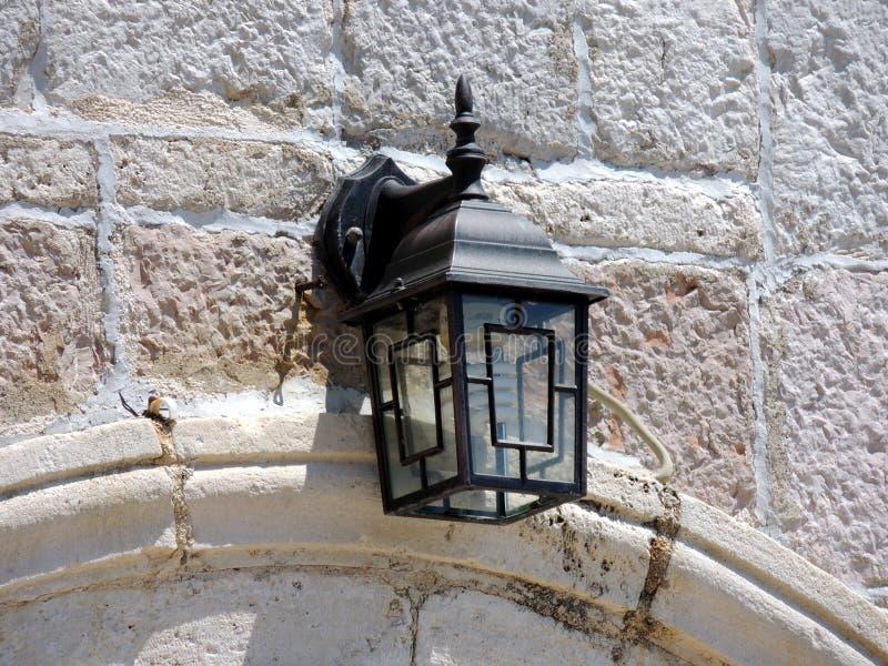 Lamplight στον άσπρο τουβλότοιχο στοκ φωτογραφία με δικαίωμα ελεύθερης χρήσης