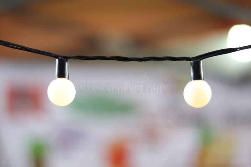 Lamplinje, rum för kontor för garnering för sfärljusboll, elljus för garneringparti och att tända för glad jul och lyckligt N arkivbild