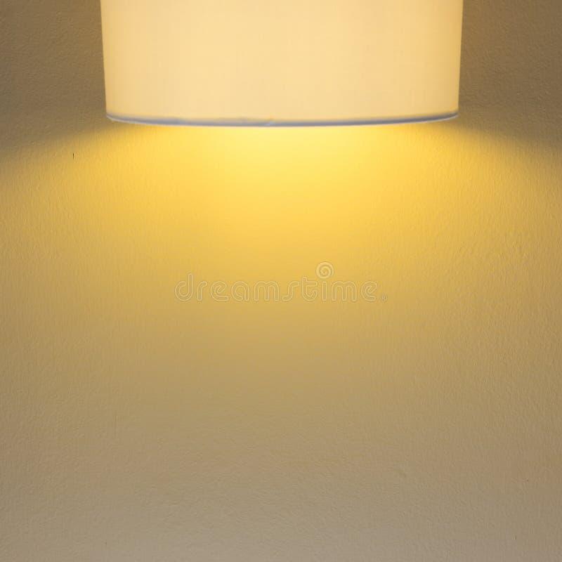 Lampljus på mortelcementväggen arkivfoton