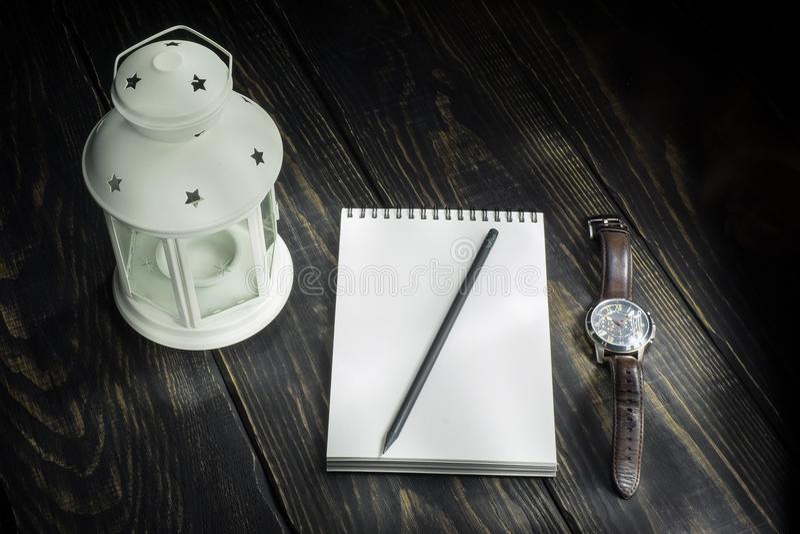 Lampnotitieboekje en een horloge royalty-vrije stock foto's