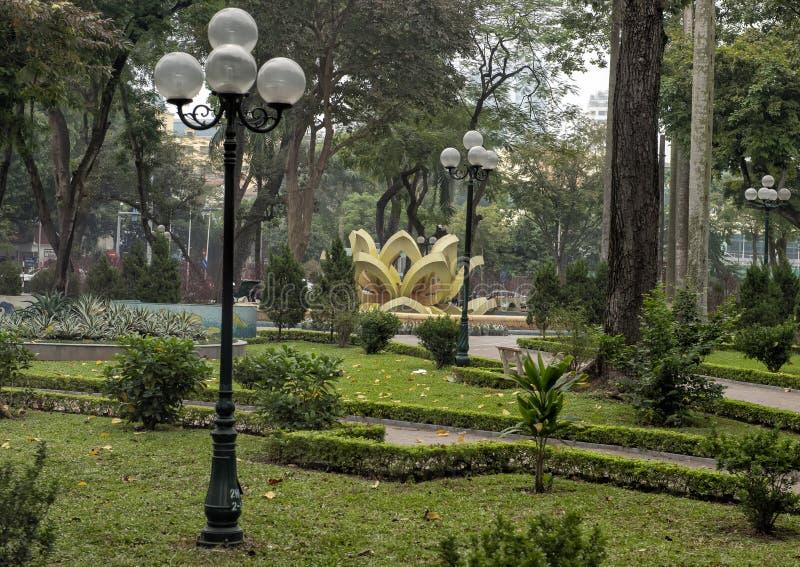 Lampoles, robiący manikiur gazon i fontanna z symetrycznymi abstrakcjonistycznymi żółtymi geometrical strukturami, Hanoi, Wietnam obraz royalty free