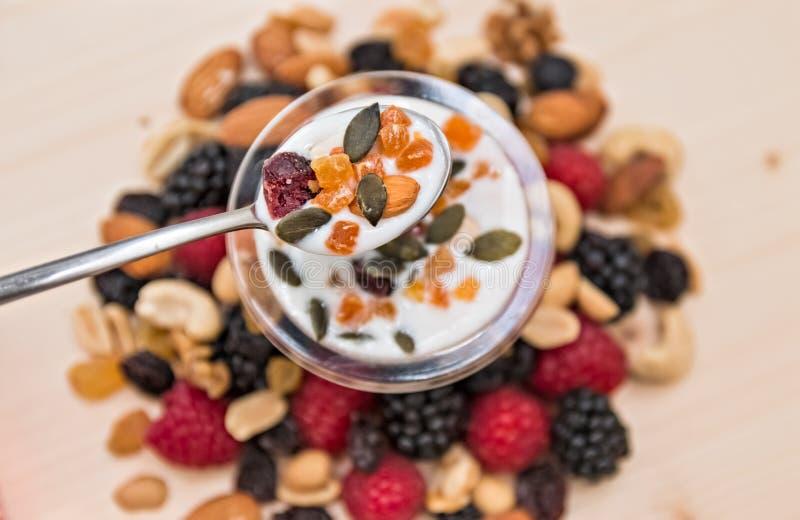 Lampone del preparato della frutta secca, dadi misti e yogurt fotografie stock libere da diritti