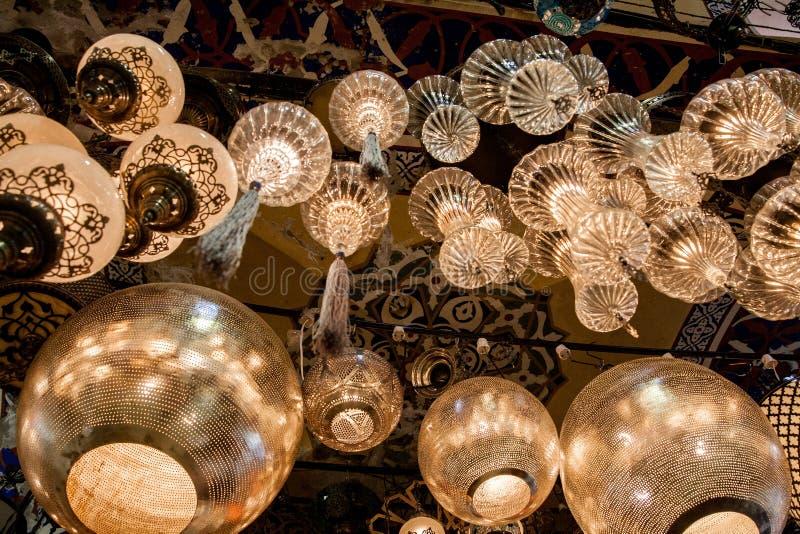 Lampor av den mångfärgade exponeringsglasmosaiken i gatamarknaden i Istanbul, Turkiet fotografering för bildbyråer