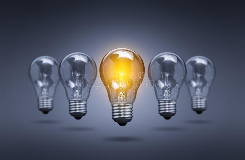 Lampor för ljus kula på en färgbakgrund royaltyfri foto