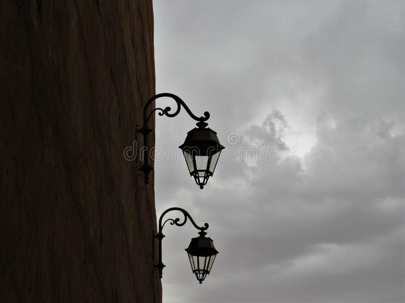 Lampor i en Marrakesh gata royaltyfri fotografi