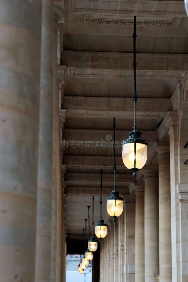 Lamposts Palais Royal arbeta i trädgården offentliga ljus i gallerit på solnedgången Paris arkivfoton