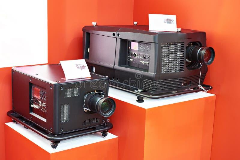 Lampowi i laserowi phosphor projektory w sklepie fotografia royalty free