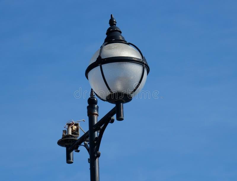 Lampowy standard w ulicie z łamanym dopasowaniem obrazy royalty free