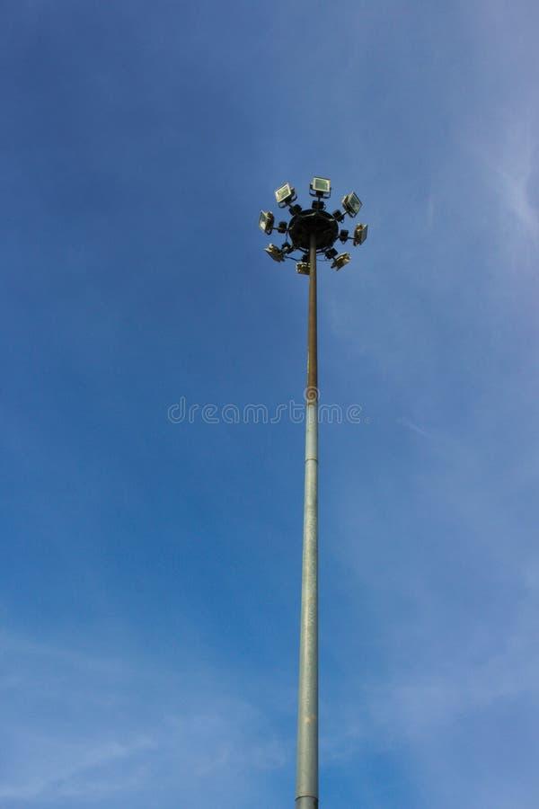 Lamppost światła reflektorów dnia niebo obrazy stock