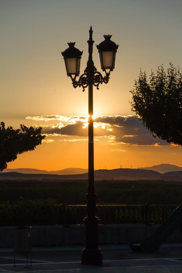 Lamppost στην άποψη πάρκων ηλιοβασιλέματος στοκ φωτογραφία με δικαίωμα ελεύθερης χρήσης