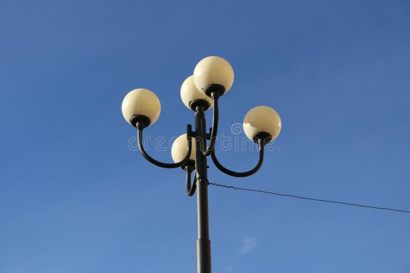 Lamppost στο μπλε ουρανό Άγιος-Πετρούπολη στοκ φωτογραφία με δικαίωμα ελεύθερης χρήσης