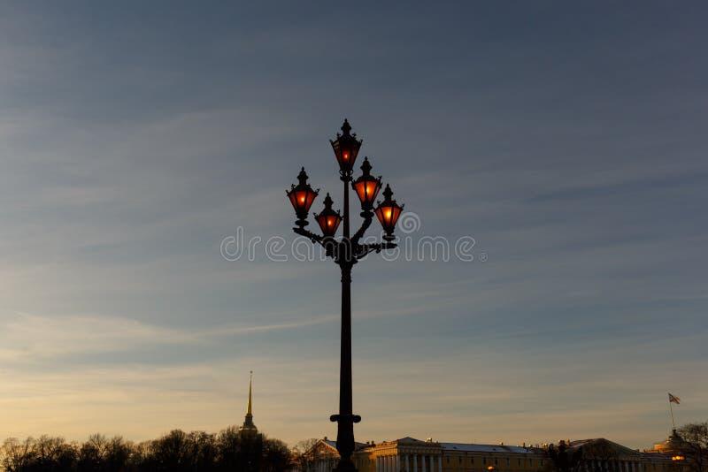 Lamppost στο τετράγωνο παλατιών στο ηλιοβασίλεμα, η Αγία Πετρούπολη στοκ εικόνα με δικαίωμα ελεύθερης χρήσης