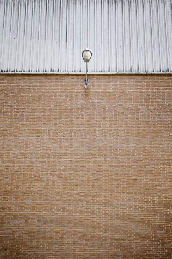 Lamppost на кирпичной стене стоковые фотографии rf