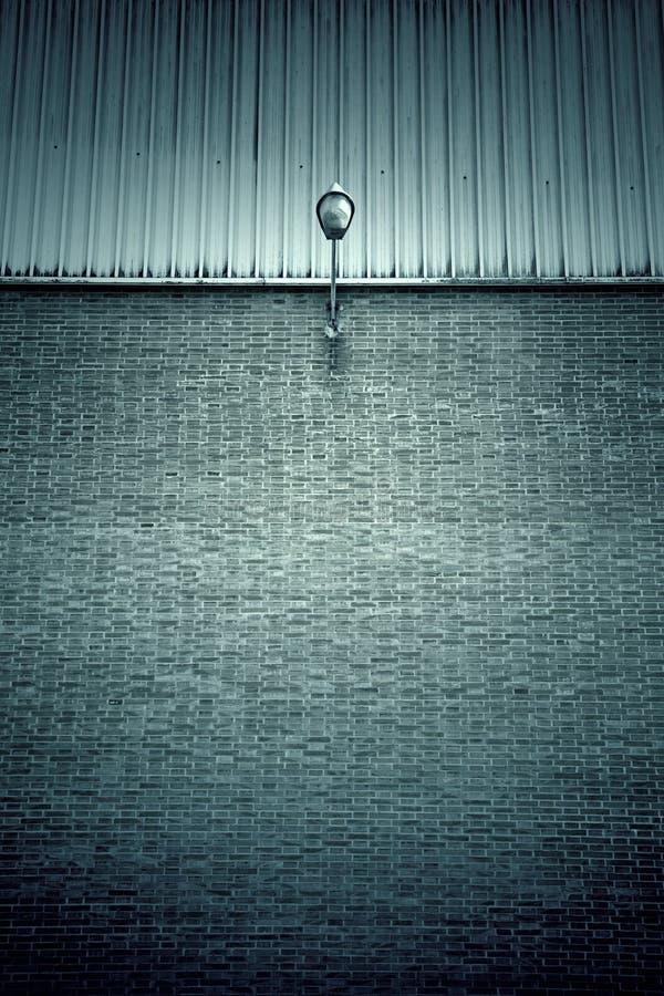 Lamppost на кирпичной стене стоковые изображения