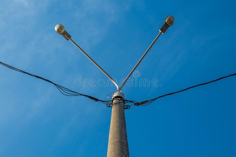 Lamppost com duas lâmpadas Fios para a eletricidade na lanterna imagens de stock royalty free