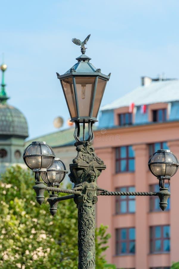 lamppost dokonany żelazo w rocznika stylu na ulicie obrazy royalty free