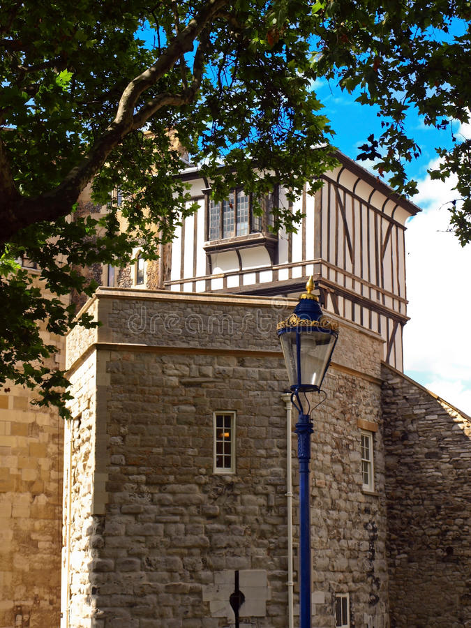 lamppost london nära torn royaltyfri fotografi
