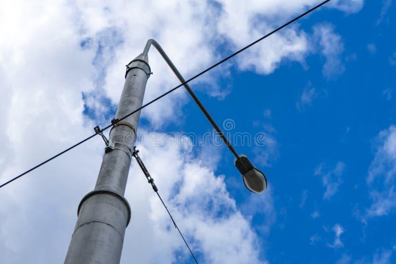Lamppost met vele kabels die in verschillende richtingen lopen stock foto's