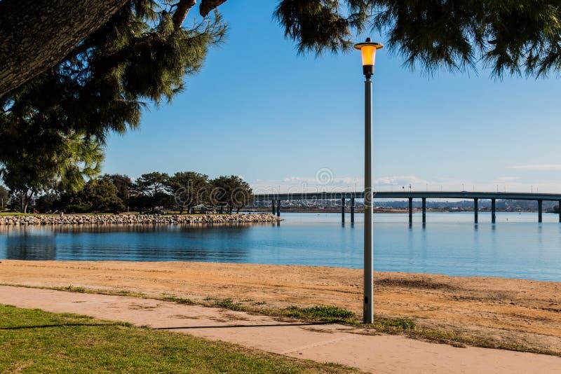 Lamppost na misi zatoce w San Diego z mostem zdjęcia royalty free